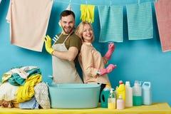 Szalenie para wydaje śmiesznego czas w pralnianym pokoju zdjęcie royalty free