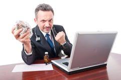 Szalenie student medycyny przy biurową pokazuje pięścią i pigułki zdojesteśmy Obraz Stock