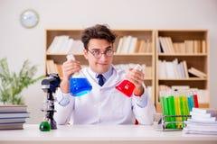 Szalenie szalonego naukowa doktorski robić eksperymentuje w laboratorium Obraz Stock