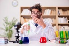 Szalenie szalonego naukowa doktorski robić eksperymentuje w laboratorium Zdjęcia Royalty Free