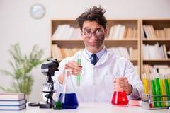 Szalenie szalonego naukowa doktorski robić eksperymentuje w laboratorium Zdjęcie Royalty Free