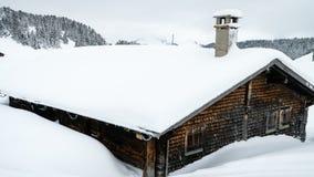 Szalet zakrywający z śniegiem w Villars-sur-Ollon w Szwajcaria, zbliża wewnątrz zbiory