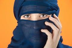 szalik błękitny zakrywająca kobieta obraz royalty free