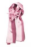 Szalik jest jedwabniczy z broszką w formularzowym kwiacie Fotografia Royalty Free