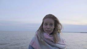 Szalona śmieszna dziewczyny sztuka z copter kamerą przy plażą zbiory
