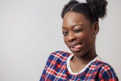 Szalona Afro kobieta pokazuje jej jęzor Zdjęcie Stock