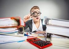 Szalona biurowa dama przy biurkiem fotografia stock