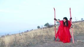 Szalona kobieta Stoi Przy The Field Z nartami zbiory wideo