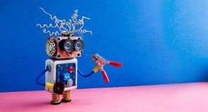 Szalonej robot złotej rączki cążków czerwona ręka Śmiesznego zabawkarskiego cyborga elektryczni druty fryzura, duzi oczu szkła, e zdjęcie royalty free