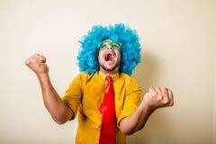 Szalony śmieszny młody człowiek z błękitną peruką Fotografia Royalty Free