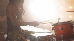 Szalony afro facet jest zapalony na muzyce rockowej zbiory
