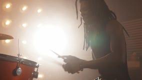 Szalony afro facet jest zapalony na muzyce rockowej zdjęcie wideo
