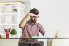 Szalony biznesmen patrzeje w odległość Obraz Stock