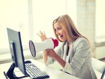 Szalony bizneswoman krzyczy w megafonie zdjęcie royalty free