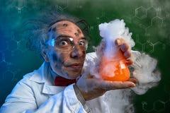 Szalony chemik z nieudanym eksperymentem obrazy royalty free