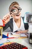 Szalony dziwaczny bizneswoman z dużym loupe Fotografia Royalty Free