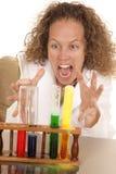 Szalony kobieta naukowiec z próbnych tubk piany chwytem Zdjęcia Royalty Free