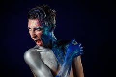 Szalony Krzyczący androgyne mężczyzna z twarzy sztuką agresywny Dziwaczny p Zdjęcie Royalty Free