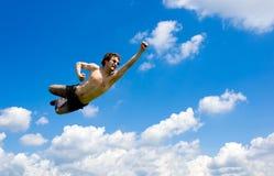 Szalony latający mężczyzna w chmurach Obrazy Royalty Free