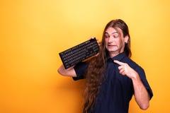 Szalony męski dorosły wskazuje klawiatura zdjęcie stock