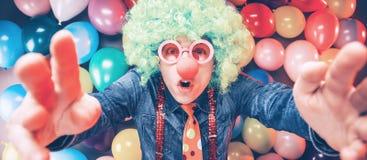 Szalony Młody Partyjny mężczyzna - fotografii budka fotografia zdjęcie stock