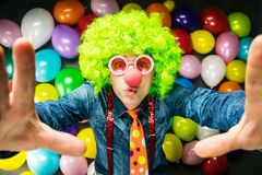 Szalony Młody Partyjny mężczyzna - fotografii budka fotografia zdjęcia stock