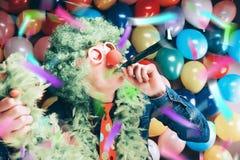 Szalony Młody Partyjny mężczyzna - fotografii budka fotografia obraz stock