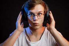 Szalony miłośnik muzyki krzyżuje jego niebieskie oczy Zdjęcia Stock
