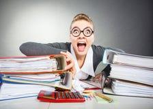 Szalony okaleczający księgowego bizneswoman Fotografia Stock