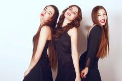 Szalony partyjny czas trzy pięknej eleganckiej kobiety w eleganckiego wieczór czerni sukni przypadkowej odświętności, mieć zabawę fotografia stock