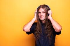 Szalony rockowy facet słucha muzyka na hełmofonach fotografia stock