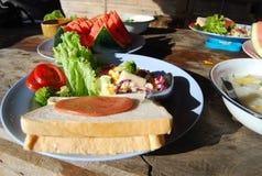 Szalony spłodzony x28 & post; kanapka x29 i salad&; w Azja stylu Obrazy Royalty Free