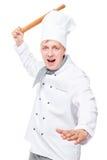 szalony szef kuchni atakuje drewnianej tocznej szpilki na bielu obraz stock
