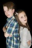 Szalony wyrazu twarzy portret młody chłopiec & dziewczyny czerni plecy Fotografia Stock