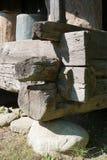 Szalunek podstawy promienie umieszczający na kamieni poparciach, narożnikowy szczegół wiejski dom obraz stock
