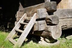 Szalunek podstawy promienie umieszczający na kamieni poparciach, narożnikowy szczegół wiejski dom fotografia stock