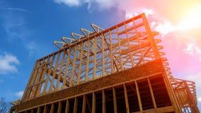 Szalunku ramowy dom, nowy budowa dach z drewnianą domową budowy otoczką obrazy stock