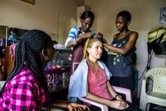 Szamerowanie w fryzjera salonie w Nairobia, Kenja Fotografia Stock