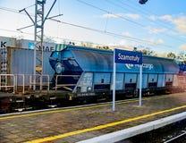 Szamotuly Polska, Listopad, - 29, 2016: Błękitny przemysłowy samochód przy stacją kolejową Zdjęcia Royalty Free
