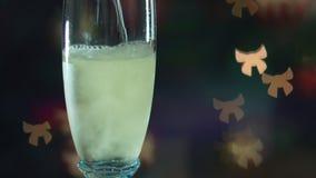 Szampański dolewanie w glasse Bokeh w postaci łęku iluminuje miło Atmosfera świętowanie zbiory wideo