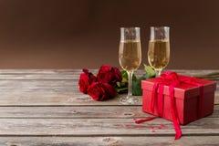 Szampańscy szkła, czerwony prezenta pudełko i czerwone róże, Zdjęcie Royalty Free