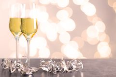 Szampańscy szkła na stole zdjęcie royalty free