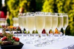 Szampańscy szkła słuzyć na przyjęciu obrazy royalty free
