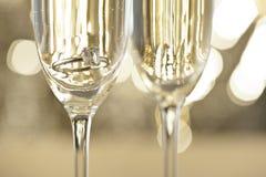Szampańscy szkła z zaręczynową biżuterią zdjęcia royalty free