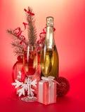 Szampańska butelka, szkła, prezenty, jedliny gałąź Obraz Stock