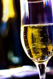 Szampańska butelka z szampańskimi szkłami zdjęcie royalty free