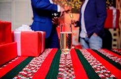 Szampański elegancki szkło Szkło wypełniał iskrzastego wino lub szampańskich pobliskich prezentów pudełka Nowy rok korporacyjny S zdjęcia royalty free