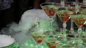 Szampański ostrosłup dla przyjęć z wiśniami i suchym lodem w postaci obruszenia Świąteczny stołowy położenie dla dużego zbiory wideo