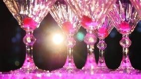Szampański ostrosłup Kelner nalewa szampana w szkłach Stos szampańscy szkła Świąteczny pije alkohol uczta zbiory wideo
