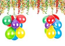 szampańskiej wystroju dekoraci puści szkła nad partyjnym jedwabiu dwa biel Lotniczy balony, confetti, serpentyna obraz stock